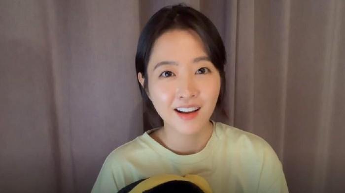 Park Bo Young sendiri memang memiliki wajah imut dan awet muda. Bahkan meski usia sudah kepala 3, dia masih cocok membintangi karakter remaja dalam drama. Salah satunyaOn Your Wedding Day.(Foto: Vlive/Park Bo Young)