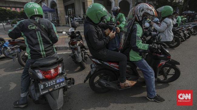 Pengemudi ojek daring mengenakan sekat pelindung saat melintas di kawasan Stasiun Juanda, Jakarta, Kamis, 11 Juni 2020. Penggunaan sekat pelindung untuk pembatasan antara pengemudi dan penumpang tersebut sebagai bentuk penerapan protokol kesehatan guna meminimalisir risiko penyebaran virus COVID-19 dalam menghadapi era normal baru. CNN Indonesia/Bisma Septalisma