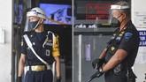 Petugas dengan menggunakan pelindung wajah (face shield) berjaga di depan loket pembelian tiket di stasiun Pasar Senen, Jakarta, Jumat (12/6/2020). PT KAI Daop 1 Jakarta melakukan adaptasi persiapan pelaksanaan prosedur tetap masa adaptasi kebiasaan baru antara lain dengan penggunaan masker, pelindung wajah, pemeriksaan suhu tubuh dan jaga jarak di tengah masa pandemi guna pencegahan penyebaran COVID-19. ANTARA FOTO/Nova Wahyudi/pras.