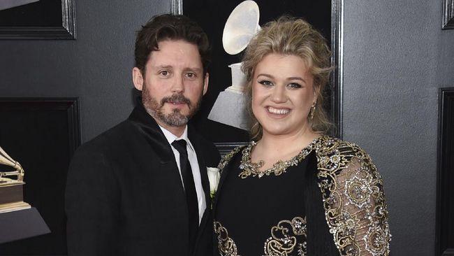Brandon Blackstock dilaporkan meminta Rp6,1 miliar per bulan kepada Kelly Clarkson agar keduanya bisa bercerai sesuai keinginan istrinya itu.
