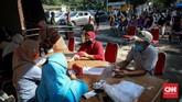 Warga mencairkan dana Kartu Keluarga Sejahtera (KKS) untuk mengambil paket bansos di Kelurahan Pondok Kelapa, Jakarta, Jumat, 12 Juni 2020. Bansos program keluarga harapan (PKH) sudah berlangsung sejak April untuk melindungi keluarga prasejahtera dari dampak Covid-19. Isi bansos yang diterima warga berupa beras, telur, jeruk dan ayam potong. CNNIndonesia/Safir Makki