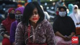 Warga antre untuk mengambil paket bansos di Kelurahan Pondok Kelapa, Jakarta, Jumat, 12 Juni 2020. Bansos program keluarga harapan (PKH) sudah berlangsung sejak April untuk melindungi keluarga prasejahtera dari dampak Covid-19. Isi bansos yang diterima warga berupa beras, telur, jeruk dan ayam potong. CNNIndonesia/Safir Makki