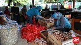 Petugas kelurahan membagikan paket bansos di Kelurahan Pondok Kelapa, Jakarta, Jumat, 12 Juni 2020. Bansos program keluarga harapan (PKH) sudah berlangsung sejak April untuk melindungi keluarga prasejahtera dari dampak Covid-19. Isi bansos yang diterima warga berupa beras, telur, jeruk dan ayam potong. CNNIndonesia/Safir Makki