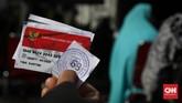 Warga membawa Kartu Keluarga Sejahtera (KKS) untuk mengambil paket bansos di Kelurahan Pondok Kelapa, Jakarta, Jumat, 12 Juni 2020. Bansos program keluarga harapan (PKH) sudah berlangsung sejak April untuk melindungi keluarga prasejahtera dari dampak Covid-19. Isi bansos yang diterima warga berupa beras, telur, jeruk dan ayam potong. CNNIndonesia/Safir Makki