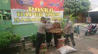 Polisi-TNI di Jatiuwung Tangerang Siapkan Nasi Bungkus bagi Korban PHK