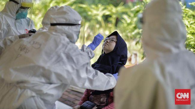 Tim medis Puskesmas Kramat Jati mengambil sampel lendir saat tes swab pada ibu hamil di Ruang Publik Terpadu Ramah Anak (RPTRA) Dahlia, Kelurahan Tengah, Kramat Jati, Jakarta, Jumat, 12 Juni 2020. CNN Indonesia/Adhi Wicaksono