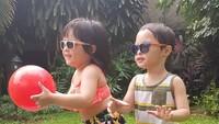 <p>Di rumah aja, Tatjana dan Bima seru banget main bola. Jangan lupa pakai kacamata hitam ya biar enggak silau. <em>He-he-he.</em> (Foto: Instagram @cynthia-lamusu)</p>
