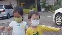 <p>Tatjana dan Bima dibiasakan memakai masker saat harus keluar rumah. Semoga sehat terus ya Twin! (Foto: Instagram @cynthia-lamusu)</p>