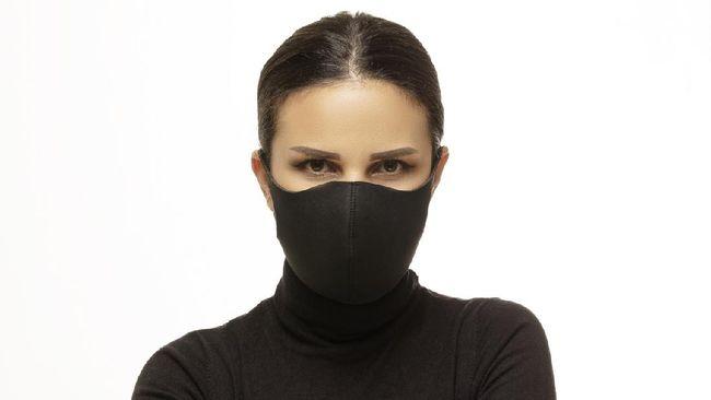 Menutup wajah bermake-up dengan masker berarti harus bersiap riasan bakal menempel di masker. Berikut caranya agar riasan tak mengotori masker.