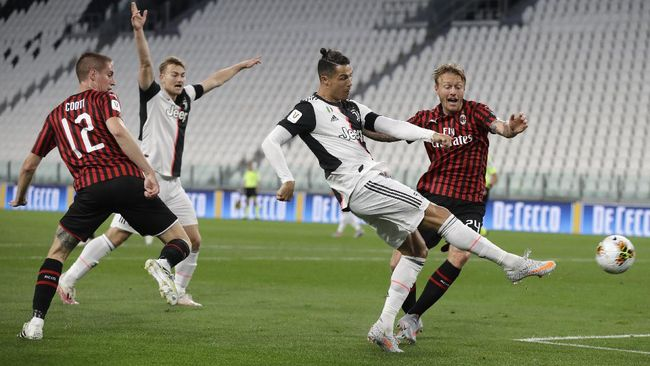 Juventus' Cristiano Ronaldo gets in a shot during an Italian Cup second leg soccer match between Juventus and AC Milan at the Allianz stadium, in Turin, Italy, Friday, June 12, 2020. The match was being played without spectators because of the coronavirus lockdown. (AP Photo/Luca Bruno)