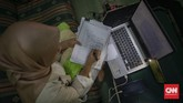 Pelita Mu'minatus Sholihah (21), mahasiswa Teknik Metalurgi dan Material Universitas Indonesia melaksanakan sidang skripsi secara online di kediamannya di kawasan Cimanggis, Depok, Jawa Barat. Sidang skripsi secara online ini menjadi siasat perguruan tinggi untuk mencegah penyebaran virus Covid-19. CNN Indonesia/Bisma Septalisma