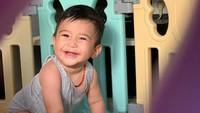 <p>Rasheed kini sudah berusia 8 bulan, mulai bisa merangkak dan sibuk dengan mainannya sendiri. (Foto: Instagram @nsyakieb85)</p>