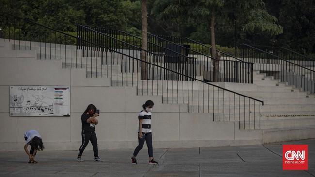 Suasana di Taman Lapangan Banteng, Jakarta, Sabtu, 13 Juni 2020. Pemerintah Provinsi (Pemprov) DKI Jakarta membuka kembali 16 tempat ruang terbuka hijau (RTH) untuk umum pada hari ini dengan protokol kesehatan ketat, seperti membatasi jumlah pengunjung, mewajibkan pengunjung mengisi data, mewajibkan menggunakan masker dan cuci tangan terlebih dahulu, tidak membawa anak kecil, serta mewajibkan pengunjung mengikuti alur masuk dan keluar yang telah dibuat. CNN Indonesia/Bisma Septalisma