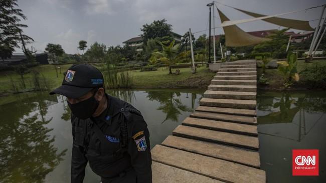 Suasana di Taman Piknik, Cipinang Melayu, Jakarta, Sabtu, 13 Juni 2020. Pemerintah Provinsi (Pemprov) DKI Jakarta membuka kembali 16 tempat ruang terbuka hijau (RTH) untuk umum pada hari ini dengan protokol kesehatan ketat, seperti membatasi jumlah pengunjung, mewajibkan pengunjung mengisi data, mewajibkan menggunakan masker dan cuci tangan terlebih dahulu, tidak membawa anak kecil, serta mewajibkan pengunjung mengikuti alur masuk dan keluar yang telah dibuat. CNN Indonesia/Bisma Septalisma