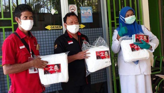 Ketua PDI Perjuangan Sumbar, H Alex Indra Lukman menyalurkan masker standar medis dan alat pelindung diri (APD) berupa baju hazmat, untuk 23 Pusat Kesehatan Masyarakat (Puskemas) yang tersebar di 11 kecamatan di Kota Padang.
