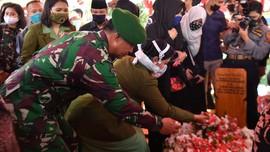 Pramono Edhie Dimakamkan di Sebelah Pusara Ani Yudhoyono