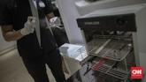 Aktivitas salon di kawasan Panglima Polim, Jakarta, Sabtu, 13 Juni 2020. Pemerintah Provinsi DKI Jakarta telah menetapkan ibukota untuk memasuki fase transisi PSBB bagi beberapa kegiatan dan sektor industri tertentu untuk dapat beroperasi kembali secara terbatas, termasuk industri salon dan tata rambut yang dinilai memiliki kesiapan protokol yang memadai untuk mulai beroperasi. CNN Indonesia/Bisma Septalisma