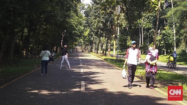 Warga mengunjungi kampus Universitas Indonesia, Depok, untuk berolahraga pada Minggu pagi (14/6).