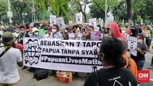 Puluhan orang yang mengatasnamakan Komite Pembebasan Tahanan Politik (Tapol) Papua menggelar aksi demonstrasi di depan gedung Mahkamah Agung, Senin (15/6) siang. Mereka menuntut agar 7 orang Tapol  Papua yang tengah menjalani proses persidangan di Pengadilan Negeri Balikpapan dibebaskan.