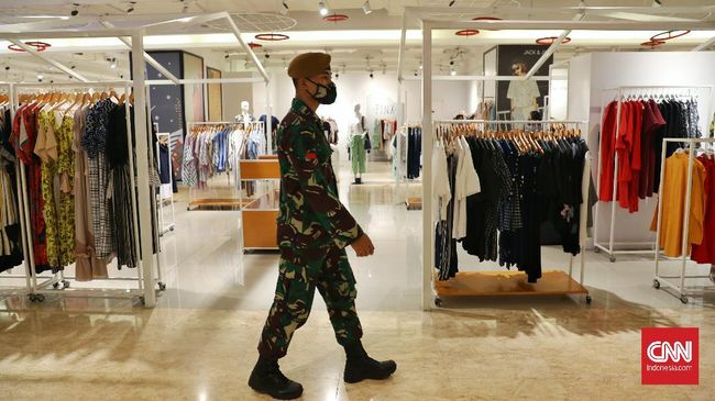 Pelibatan TNI dalam pengawasan protokol kesehatan menuai pro dan kontra. Ada yang menilai pelibatan itu menabrak UU. Namun, ada yang berpandangan lain.