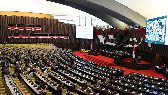 Sejumlah anggota DPR menghadiri Pembukaan Masa Persidangan IV Tahun Sidang 2019-2020 di Kompleks Parlemen, Senayan, Jakarta, Senin (15/6/2020). Rapat dihadiri 309 orang anggota, terdiri dari 227 orang secara virtual dan 82 fisik anggota hadir yang membahas pandangan fraksi-fraksi atas keterangan Pemerintah terhadap Kerangka Ekonomi Makro (KEM) dan Pokok-Pokok Kebijakan Fiskal (PPKF) RAPBN Tahun Anggaran 2021. ANTARA FOTO/M Risyal Hidayat/pras.