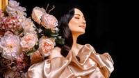 <p>Gaun satin ini membuat Asmirandah tampak anggun dan semakin glowing ya. (Foto: Instagram @asmirandah89)</p>