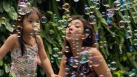 <p>Salah satunya, Gisel dan Gempi bermain bubble atau gelembung sabun ini. (Foto: Instagram @gisel_la)</p>