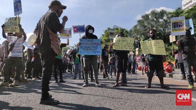Aksi mahasiswa menolak penerapan otonomi khusus Papua jilid II berakhir ricuh. Polisi membubarkan paksa aksi mahasiswa.