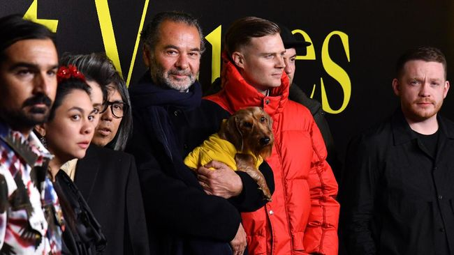 Moncler CEO Remo Ruffini (C-L) poses with fashion designers Veronica Leoni (3rdL), Simone Rocha (2ndL), Craig Green (R), Matthew M. Williams (2ndR), Hiroshi Fujiwara (4thL) and Francesco Ragazzi (L) during the Moncler women's Fall/Winter 2019/2020 collection fashion show, on February 20, 2019 in Milan. (Photo by Andreas SOLARO / AFP)