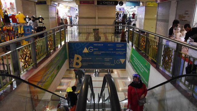 Pengunjung berbelanja di Blok B Pasar Tanah Abang, Jakarta, Senin (15/6/2020). Pasar Tanah Abang blok A, B, F dan G kembali dibuka di masa Pembatasan Sosial Berskala Besar (PSBB) transisi dengan menerapkan protokol kesehatan dan pemberlakuan sistem ganjil-genap toko. ANTARA FOTO/Indrianto Eko Suwarso/pras.