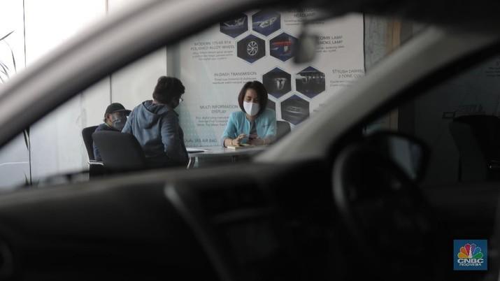Sales marketing menawarkan produk mobil di Tunas Daihatsu Tebet, Jakarta, Selasa (16/6). Pandemi corona membuat angka penjualan mobil di Indonesia mengalami penurunan drastis. Penjualan mobil bulan lalu anjlok hingga 95 persen bila periode yang sama tahun 2019. Berdasarkan data Gabungan Industri Kendaraan Bermotor Indonesia (Gaikindo) yang diperoleh detikOto dari PT Astra International Tbk, pada bulan kelima tahun 2020, industri otomotif hanya mampu mengirim 3.551 unit mobil baru. Angka ini merosot 95 % dibanding bulan Mei 2019, di mana saat itu mencapai 84.109 unit. Angka ini merupakan penjualan berupa wholesales atau distribusi dari pabrik ke dealer. Seperti diketahui, banyak pabrik otomotif di Indonesia yang berhenti produksi sementara di tengah pandemi COVID-19. Wajar jika distribusinya pada Mei 2020 anjlok drastis. Adapun mengatasi penurunan banyak pabrikan otomotif  menawarkan paket penjualan khusus demi mendongkrak penjualan. Rendi selaku supervisor di Tunas Daihatsu Tebet mengatakan