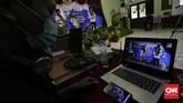 Pembawa acara membawakan acara pentas seni secara virtual di SMAN 8 Jakarta, Selasa, 16 Juni 2020. Sekolah Menengah Atas se DKI Jakarta baik negeri maupun swasta mengadakan pentas seni secara virtual untuk mengisi kegiatan para siswa selama di rumah saja. CNN Indonesia/Adhi Wicaksono