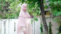 <p>Meski sedang hamil, busana yang dikenakan Dian Pelangi tetap cantik. Misalnya gamis yang ia kenakan ketika Hari Raya Idul Fitri ini. (Foto: Instagram @dianpelangi)</p>