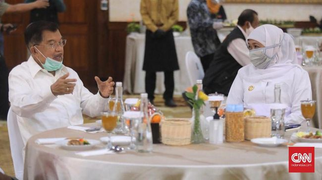 Ketua PMI Jusuf Kalla (kiri) berbincang dengan Gubernur Jawa Timur Khofifah Indar Parawansa, di Gedung Grahadi, Surabaya, Rabu (17/6)