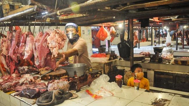 Pedagang menjual daging sapi di kiosnya di Pasar Perumnas Klender, Jakarta Timur, Senin (15/6/2020). PD Pasar Jaya mulai menerapkan aturan ganjil-genap untuk pedagang di pasar wilayah DKI Jakarta mulai hari ini (15/6) untuk mencegah penyebaran COVID-19. ANTARA FOTO/Fakhri Hermansyah/wsj.
