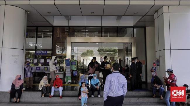 Pemohon melakukan pengajuan administrasi di mal pelayanan publik. Jakarta, Rabu, 17 Mei 2020. CNN Indonesia/Adhi Wicaksono