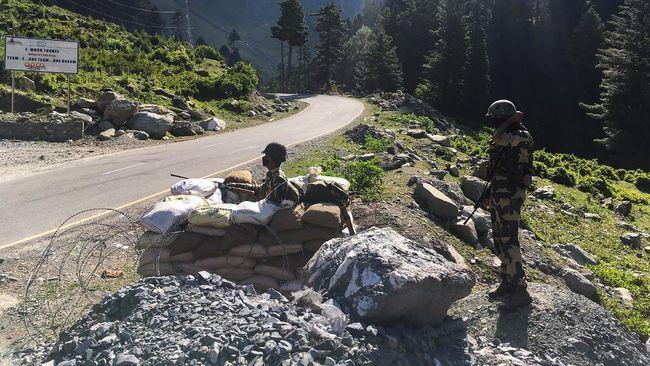 Sekelompok personel militer China dan India dilaporkan kembali terlibat bentrok di perbatasan Himalaya setelah sempat sepakat untuk damai beberapa bulan lalu.