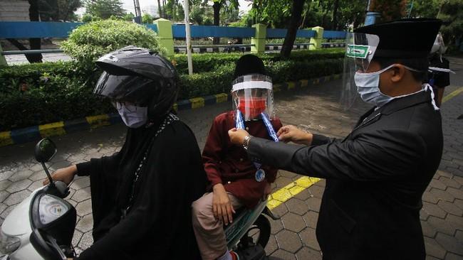 Murid SD Islam Al Azhar (SDIA) 11 Surabaya mengikuti prosesi wisuda akhir tahun secara