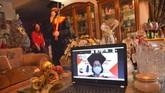 Hiero Lasut bersama ibunya bersiap mengikuti wisuda Universitas Sam Ratulangi secara daring dari rumahnya di Manado, Sulawesi Utara, Kamis (11/06/2020).Wisuda daring diselenggarakan dalam Sidang Terbuka Senat Universitas Sam Ratulangi periode IV yang diikuti 436 wisudawan dengan total peserta melalui aplikasi Zoom Meeting sebanyak 760 dan disiarkan secara langsung di situs Youtube. ANTARA FOTO/Adwit B Pramono/nz