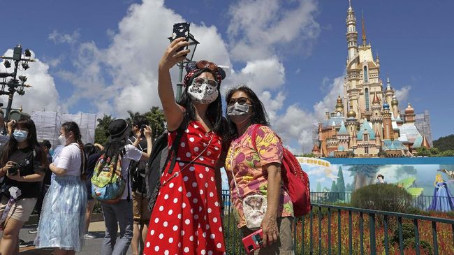 Disney World Florida juga melarang penggunaan bandana sebagai pengganti masker untuk dikenakan pengunjung dan staf.
