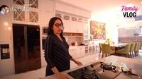 <p>Ussy juga menunjukkan dapur bersih plus meja makannya. Nuansanya serba putih dan bergaya klasik. (Foto: YouTube/ Ussy Andhika Official)</p>
