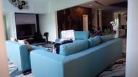 <p>Di ruang keluarga terdapat sofa besar yang nyaman. Ruangnya juga beralaskan karpet yang motifnya senada dengan warna sofa. (Foto: YouTube/ Ussy Andhika Official)</p>