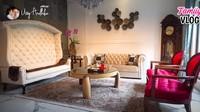 <p>Rumah mewah Ussy Sulistiawaty dan Andhika Pratama baru saja selesai direnovasi. Mereka pun mengadakan home tour, ruangan yang pertama kali ditunjukkan adalah ruang tamu. Terdapat sofa besar yang menarik perhatian di dalamnya. (Foto: YouTube/ Ussy Andhika Official)</p>