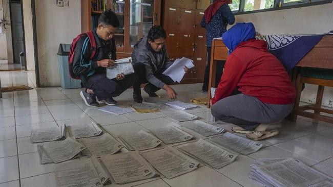 Sejumlah guru menata lembar tugas soal siswa di SMP Negeri 4 Bawang, Kabupaten Batang, Jawa Tengah.