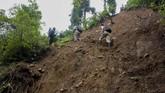 Kepala Sekolah SMP N 4 Bawang Mulud Sugito (kanan) dan guru Wiyata Bhakti menaiki bukit  saat mengantar lembar tugas siswa secara langsung ke rumahnya di Pranten, Kecamatan Bawang, Kabupaten Batang, Jawa Tengah.