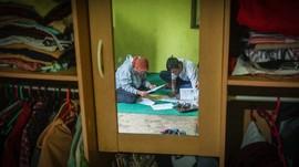 FOTO: Perjuangan 'Pak Guru Mulud' Antarkan Tugas untuk Siswa