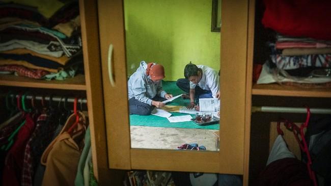 Guru Wiyata Bhakti SMP N 4 Bawang mengajar di rumah salah satu siswa di Pranten, Kecamatan Bawang, Kabupaten Batang, Jawa Tengah.