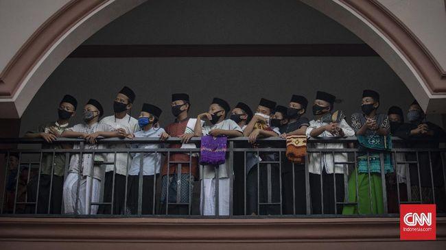 Puluhan penghuni Ponpes Darul Karim dan Nurul Quran positif Covid-19. Salah satu penularan diduga dari kunjungan orang tua santri ke lingkungan Ponpes.