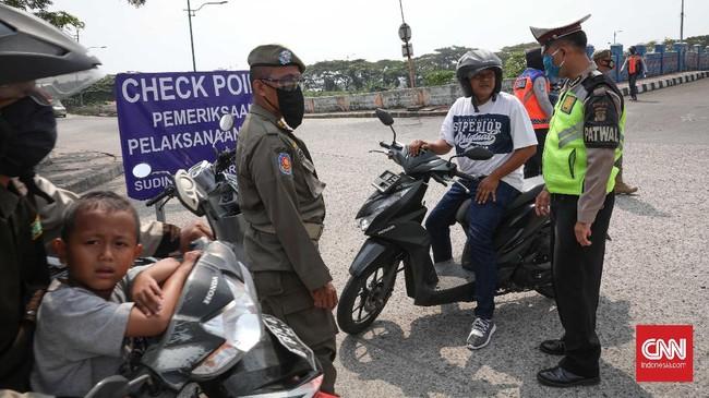 Razia gabungan bagi pelanggar PSBB Transisi ini terdiri dari petugas satpol PP, petugas dishub aparat TNI dan polisi. CNNIndonesia/Safir Makki