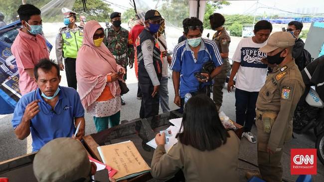 Para pelanggar diberikan sanksi tertulis serta sanksi kerja sosial menyapu jalan. CNNIndonesia/Safir Makki